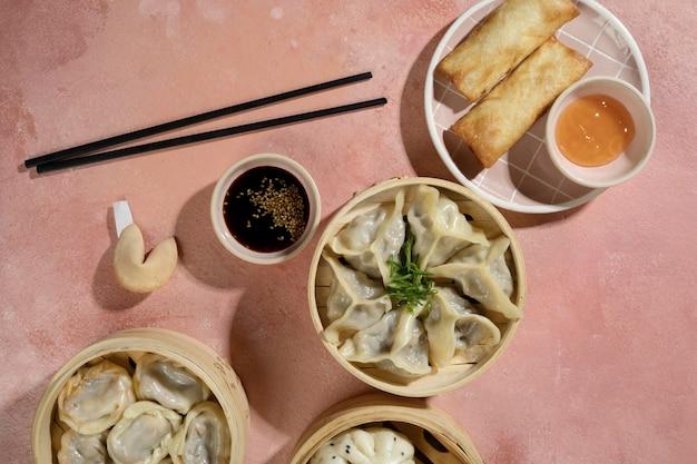 Delicioso arranjo de comida asiática