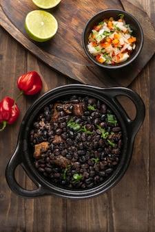 Delicioso arranjo de comida brasileira plana lay