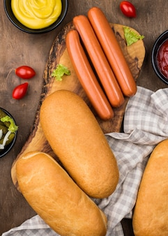 Delicioso arranjo de ingredientes de cachorro-quente