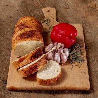 Delicioso arranjo de pimento e pão