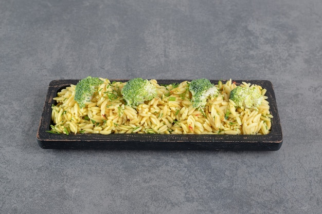 Delicioso arroz com brócolis na placa preta. foto de alta qualidade