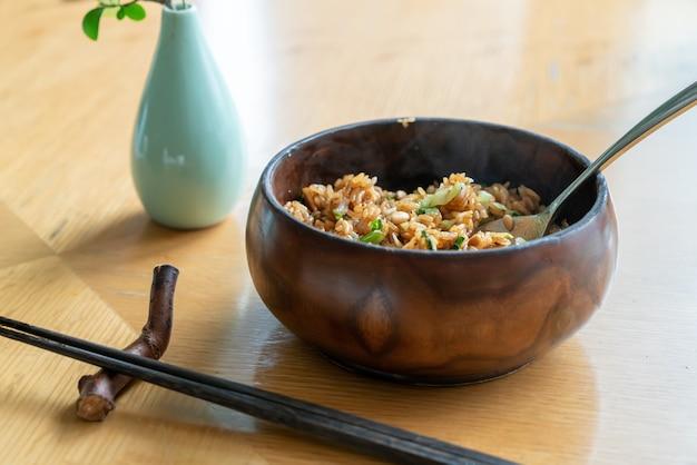 Delicioso arroz com cogumelos e pinhão