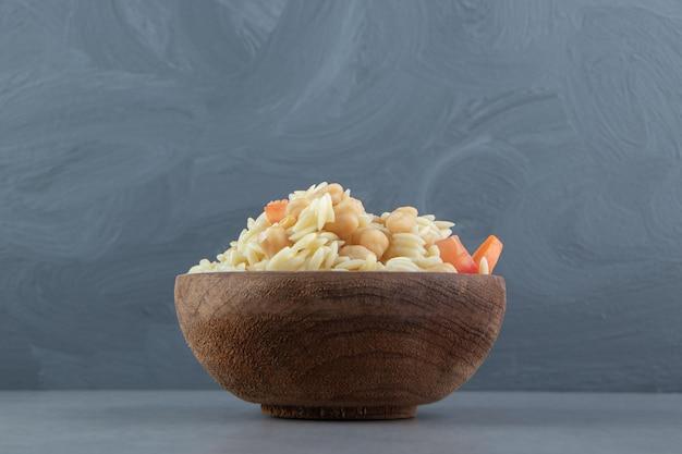 Delicioso arroz com grão de bico em uma tigela de madeira.
