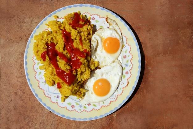 Delicioso arroz com tomate e dois ovos