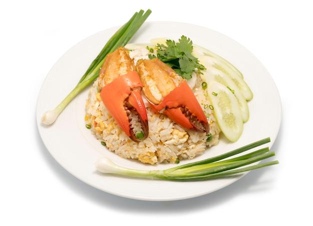 Delicioso arroz frito com caranguejo, arroz frito com caranguejo do mar e vegetais na chapa branca.