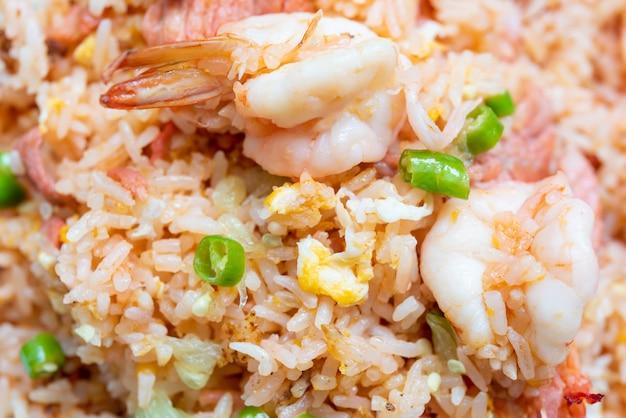 Delicioso arroz frito tailandês com ovo de porco camarão e pimenta