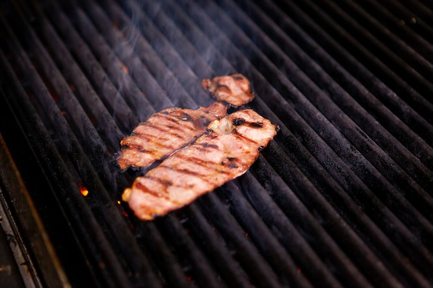 Delicioso bacon defumado na grelha no restaurante da cozinha. preparo da comida