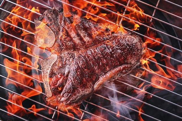 Delicioso bife fresco na grelha cozido no fogo