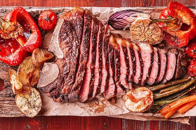Delicioso bife fresco para o jantar. alimentos com proteínas saborosas e saudáveis