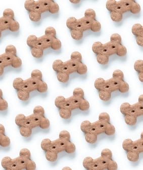 Delicioso biscoito de cachorro, petisco de osso de cachorro ou mastigação de cachorro no padrão de fundo branco