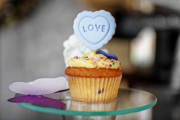 Delicioso bolo. a inscrição é amor.