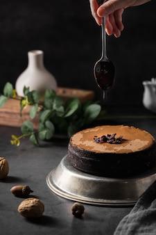 Delicioso bolo artesanal de close-up em cima da mesa