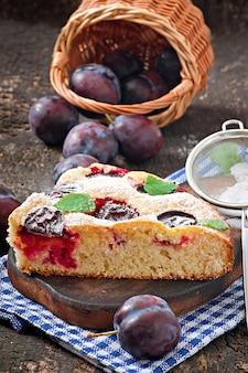 Delicioso bolo caseiro com ameixas
