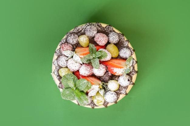 Delicioso bolo caseiro de chocolate branco com frutas isoladas