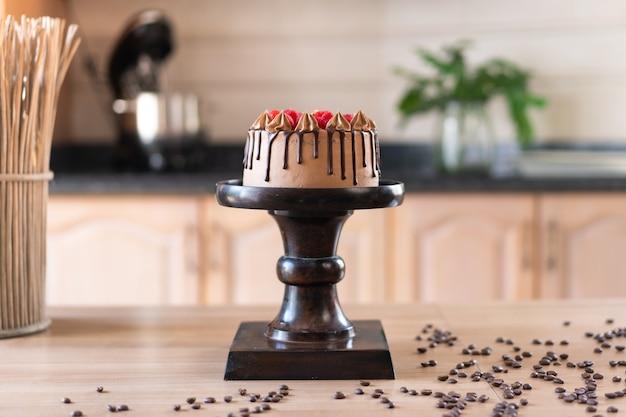Delicioso bolo caseiro de chocolate com frutas