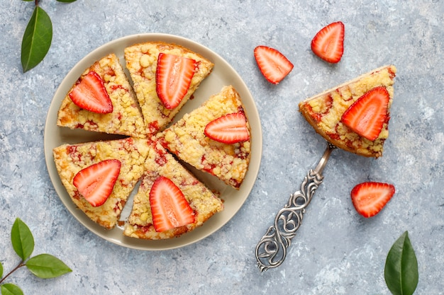 Delicioso bolo caseiro de crumble de morango com fatias de morango frescas