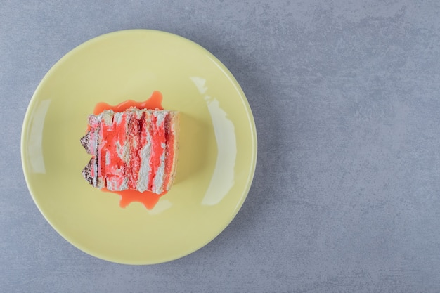 Delicioso bolo caseiro de morango em prato amarelo