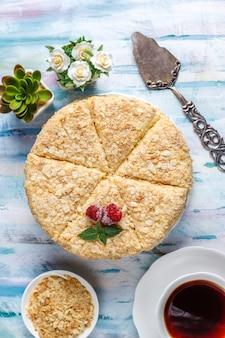 Delicioso bolo caseiro de napoleão, vista de cima