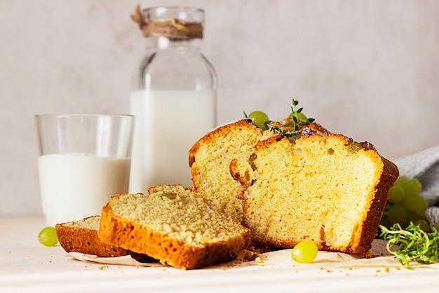 Delicioso bolo caseiro de pão de uva com tomilho e açúcar em pó em papel vegetal.