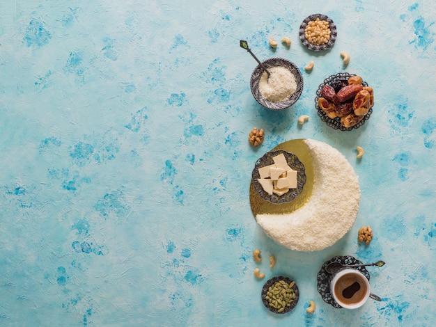 Delicioso bolo caseiro em forma de lua crescente, servido com tâmaras e xícara de café