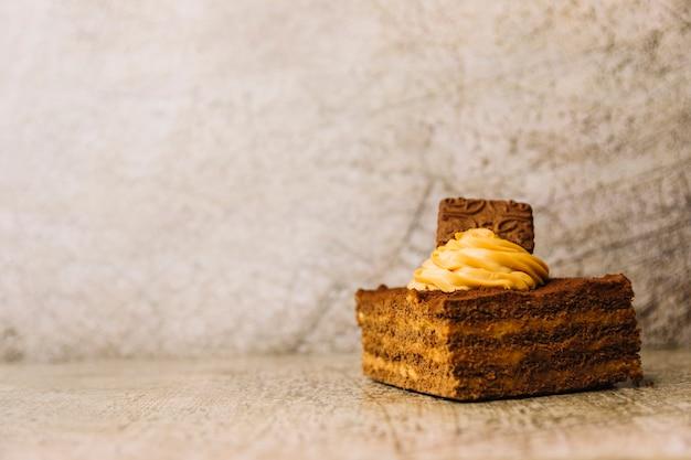 Delicioso bolo com creme e biscoito