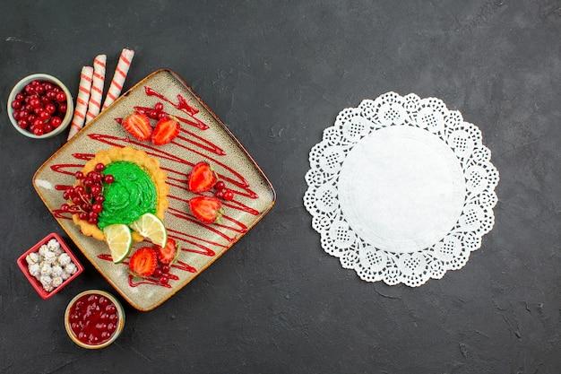 Delicioso bolo cremoso com frutas vista de cima