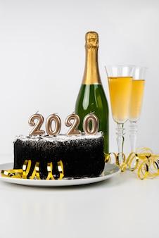 Delicioso bolo da meia-noite e bebidas 2020 dígitos do ano novo