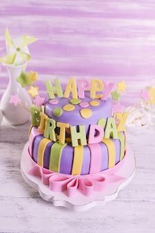 Delicioso bolo de aniversário na mesa numa superfície de madeira