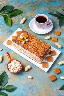 Delicioso bolo de caramelo e amendoim com amendoim e balas de caramelo, vista superior