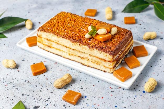 Delicioso bolo de caramelo e amendoim com amendoim e balas de caramelo