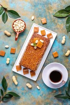 Delicioso bolo de caramelo e amendoim com amendoins e balas de caramelo, vista superior