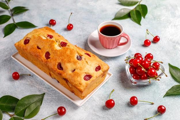 Delicioso bolo de cereja com cerejas frescas, vista superior