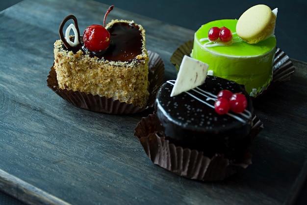 Delicioso bolo de chocolate, biscoito e pistache