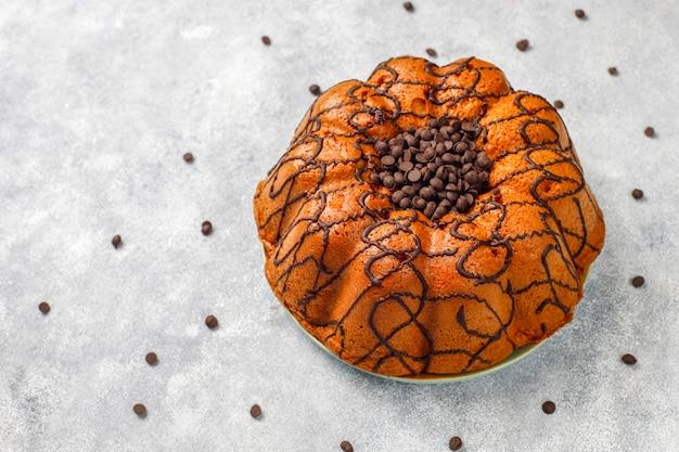 Delicioso bolo de chocolate com gotas de chocolate, vista superior