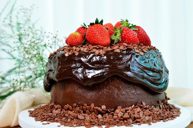 Delicioso bolo de chocolate com morangos cobertura doce sobremesa