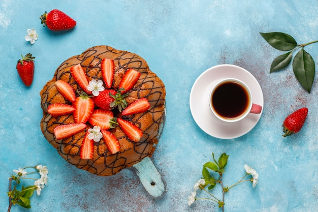 Delicioso bolo de chocolate com morangos frescos, vista superior