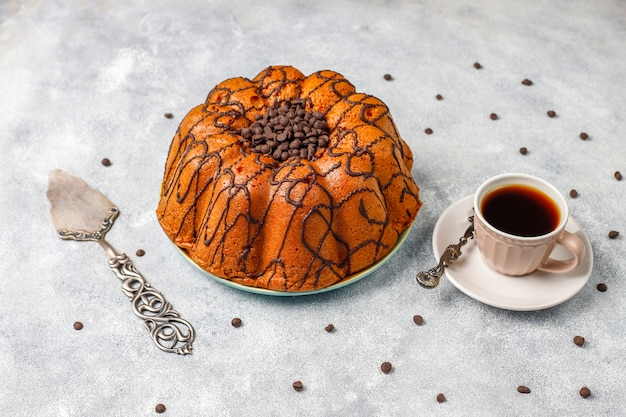 Delicioso bolo de chocolate com pepitas de chocolate, vista superior