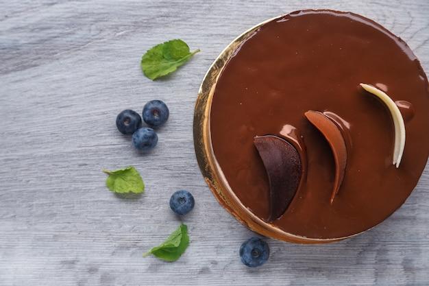 Delicioso bolo de chocolate com suflê de três cores diferentes. estilo tiramisu com cor branca e marrom. vista do topo.