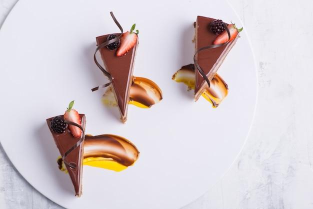 Delicioso bolo de chocolate em um prato branco