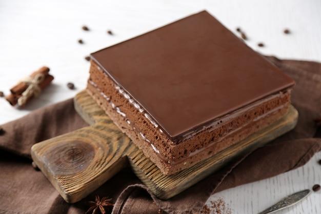 Delicioso bolo de chocolate em uma tábua de madeira closeup
