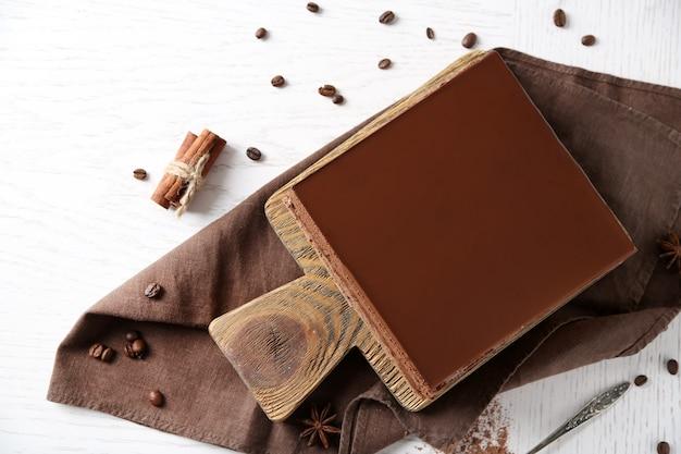 Delicioso bolo de chocolate em uma tábua de madeira, vista superior