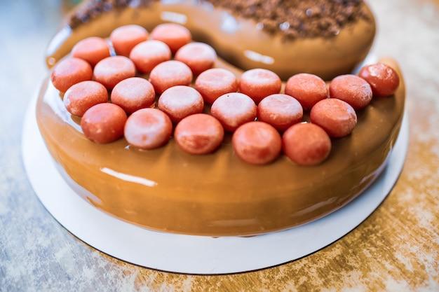 Delicioso bolo de chocolate maravilhoso em forma de yin-yang em uma aconchegante cozinha caseira em uma mesa vintage de madeira