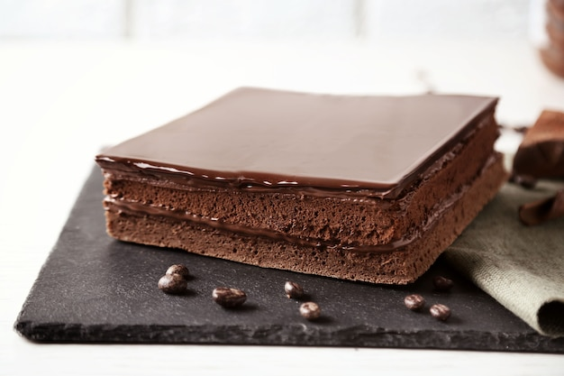Delicioso bolo de chocolate na tábua de cortar close up