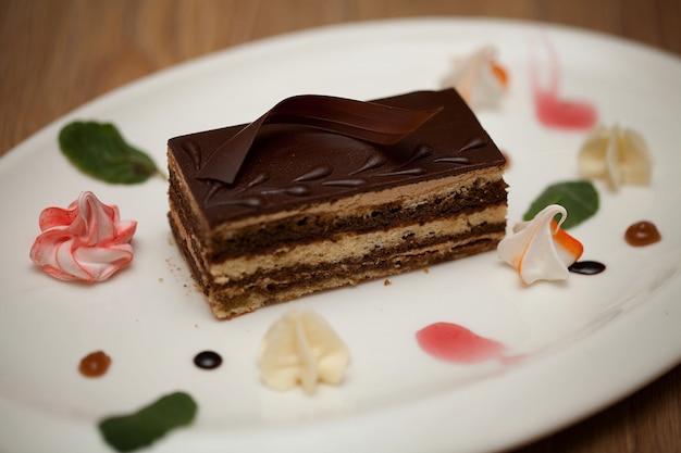 Delicioso bolo de chocolate no prato no fundo de madeira