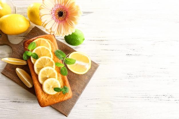 Delicioso bolo de cítrico com limão na tábua de madeira