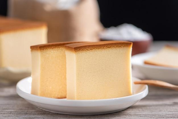 Delicioso bolo de esponja japonês fatiado castella (kasutera)