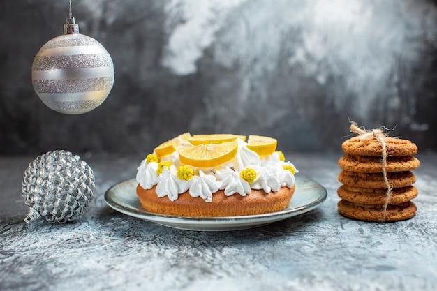 Delicioso bolo de frutas com vista frontal na superfície clara