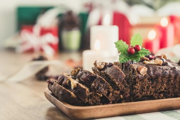 Delicioso bolo de frutas secas secas de natal no prato de madeira