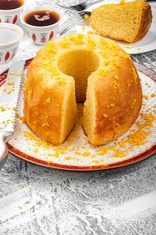 Delicioso bolo de laranja recém-assado com café árabe