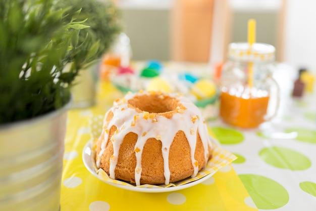 Delicioso bolo de pascoa na mesa
